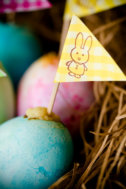 Τρυπάει τα αυγά και δειτε τι κάνει! Δεν θα το πιστεύετε!!!! ΒΙΝΤΕΟ