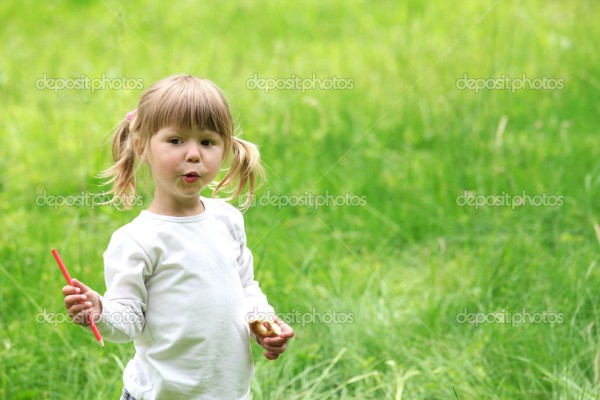 depositphotos_11690384-A-beautiful-little-girl-with-drawing-pencils-on-the-nature