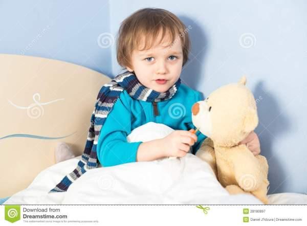 μικρό-άρρωστο-αγοράκι-που-ελέγχει-τη-θερμοκρασία-σωμάτων-της-teddy-άρκτου-28180897