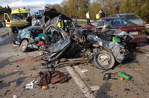 Θανατηφόρο τροχαίο έγινε στον κόμβο Ξυλοκάστρου με 2 νεκρούς και 5 τραυματίες , Τρίτη 11 Δεκεμβρίου 2007 .